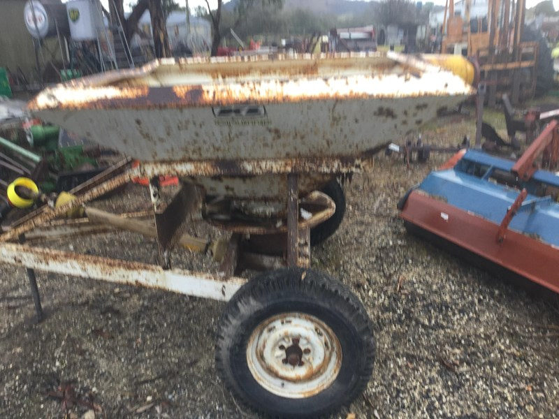crump 1 tonne trailig fertiliser spreader 513007 002