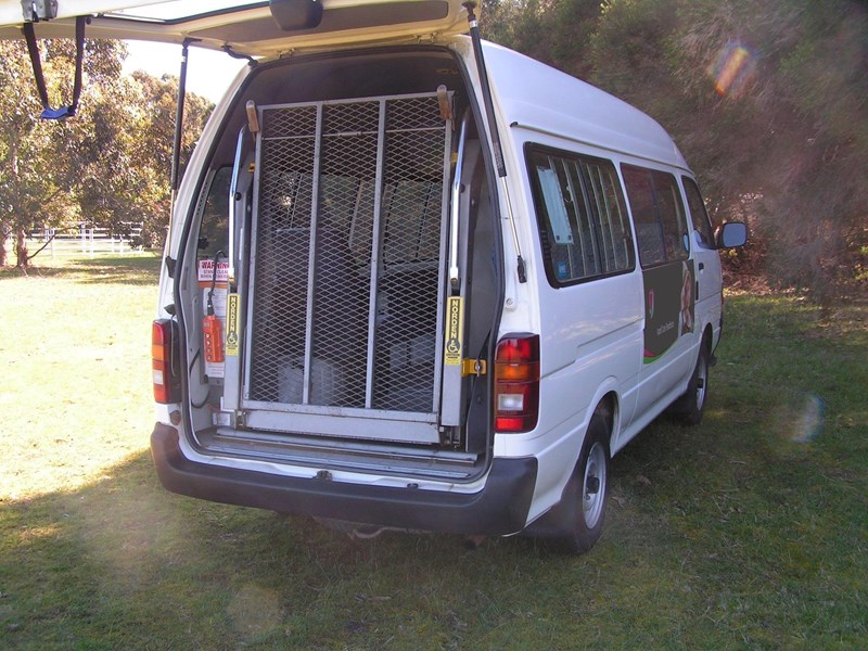 toyota hiace, wheelchair, 49000 k's, automatic high roof mini bus 525445 001