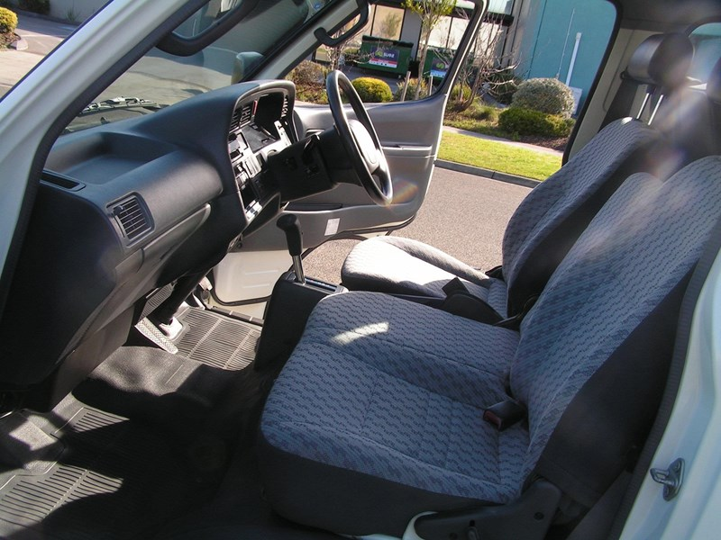 toyota hiace, wheelchair, 49000 k's, automatic high roof mini bus 525445 014