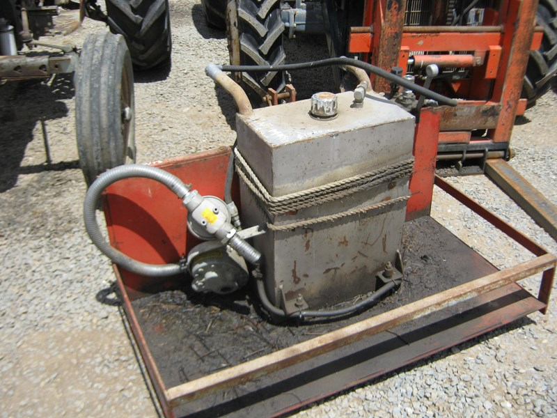 hydraulic pump & tank mounted on small carryall 550460 001