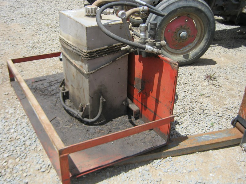 hydraulic pump & tank mounted on small carryall 550460 006