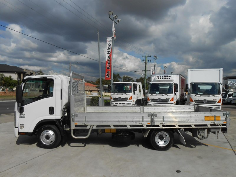 isuzu nnr200 medium amt 477371 015