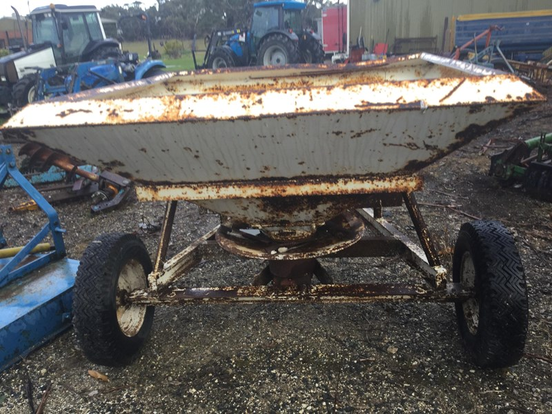 crump 1 tonne trailig fertiliser spreader 513007 005