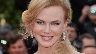 Nicole Kidman accepts award in pyjamas