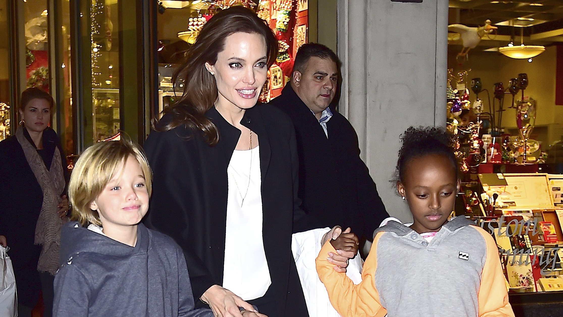 Angelina Jolie opts to remove ovaries after cancer scare