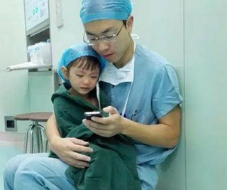 Beautiful photos of a doctor soothing a toddler before heart surgery