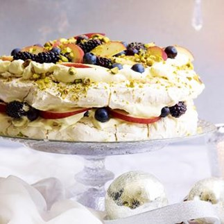 Pistachio meringue with white peaches and berries