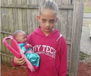 Hilarious: Girl dresses up as a mum for Halloween