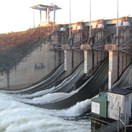 Wivenhoe Dam spilling with all five floodgates open in October 2010 (Photo: Wikimedia/Ezykron).