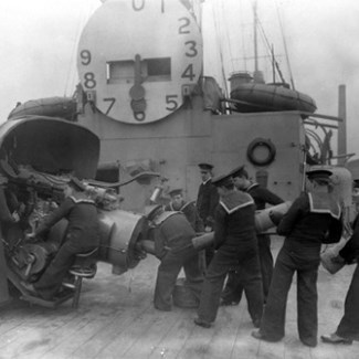 Gunners carry out a drill on RAN's HMAS <em>Sydney</em>, 1919. (Credit: Wikimedia Commons)