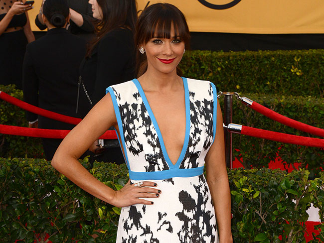 "CRINGE! Interviewer asks Rashida Jones about her ""exotic tan"" on the red carpet"