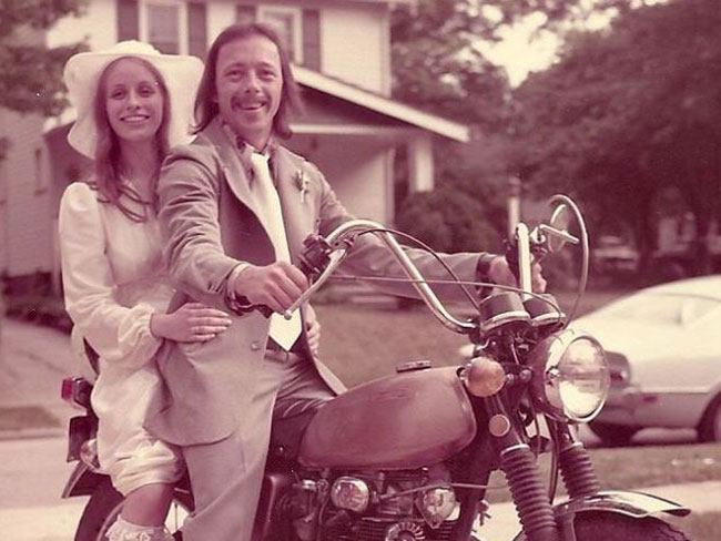 This couple recreated their 70s wedding photo and it's so cute