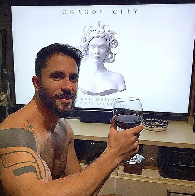 That bicep isn't even flexed that much holding up that goblet. PHWOAR!