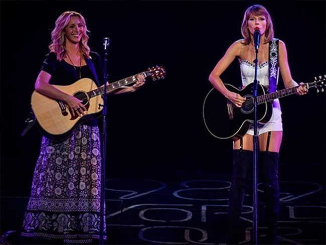 Taylor Swift and Lisa Kudrow sang Smelly Cat and our lives are made