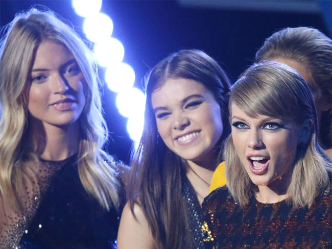 Important: Did Taylor Swift let out a fart at the VMAs?!