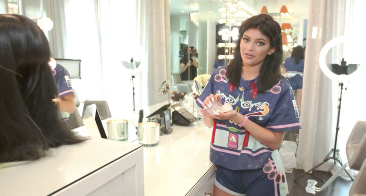 Kylie jenner has finally given us a full tour of her glam for Kylie jenner room tour
