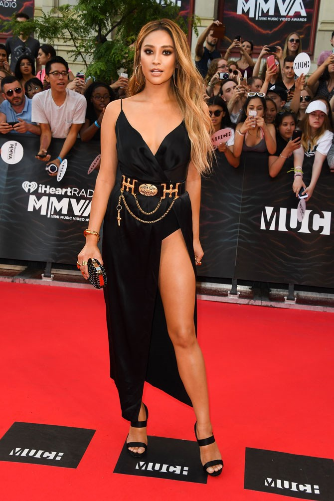Shay's recent look at the iHeartRadio MuchMusic Video Awards was next level hotness. A simple slip dress was turned into absolute fire with a chain gold belt and a thigh high split. But it was those lightened honey-locks that really had us swooning!