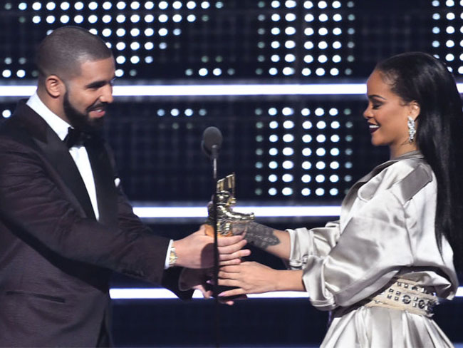 Drake confessed his love for Rihanna while presenting her video Vanguard Award