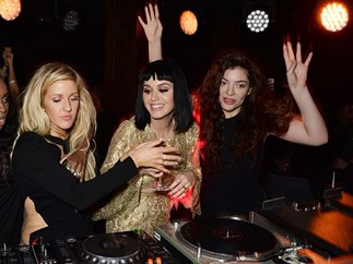 "Lorde and Ellie Goulding sing Britney's ""Hit me Baby One More Time"""