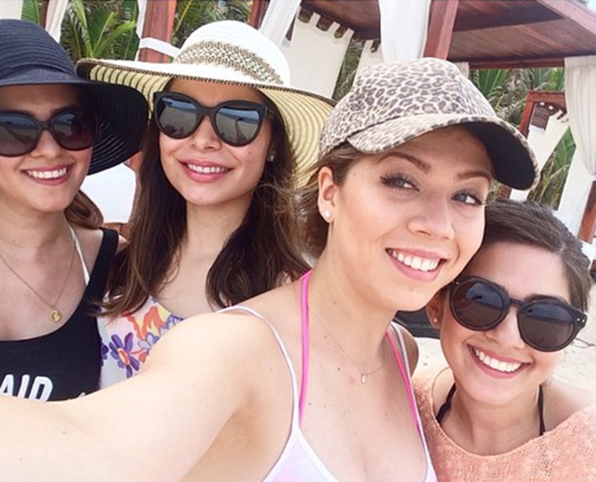 Jennette McCurdy and Miranda Cosgrove recently went on holibobs to Mexico to celebrate Jennette's birthday. How adorable is it that Sam and Carly are BFFs in the real world? One question though - where's Freddie?