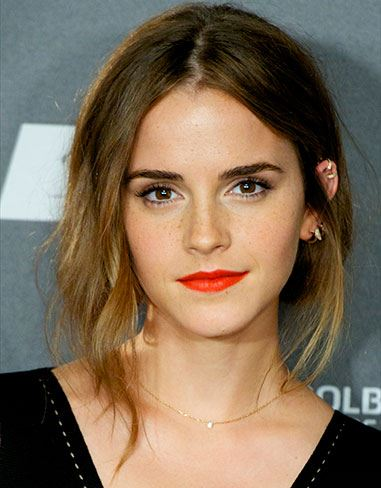 Emma Watson reminds us that embracing your freckles is a MUST. Rock a sheer foundation, cover up any blemishes and throw on a bold coral lip for a burst of colour. #FrecklesFTW