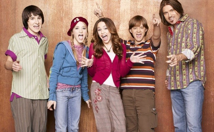 It's hard to belive but it's been a whole decade since *Hannah Montana* hit our screens. Althouygh it legit feels like just yesterday we were hanging out with Miley Stewart and Lilly Truscott on the Disney Channel — but the cast has changed A LOT since the early days of the series. Let's check in and see what they look like now...