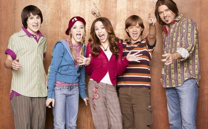 It's hard to belive but it's been a whole decade since*Hannah Montana*hit our screens. Althouyghit legit feels like just yesterday we were hanging out with Miley Stewart and Lilly Truscott on theDisney Channel— but the cast has changedA LOTsince the early days of the series. Let's check in and see what they look like now...