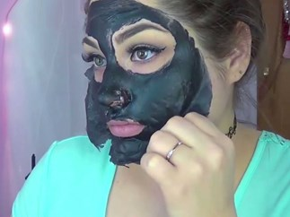 Blogger pulls out blackheads with charcoal mask