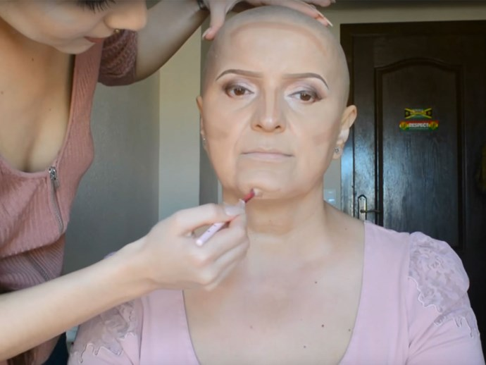 Beauty vlogger gives her mum with cancer an makeover