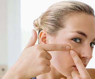 Pore vacuum sucks blackheads right out of the pores