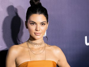 Kendall Jenner's leg is missing in this photo