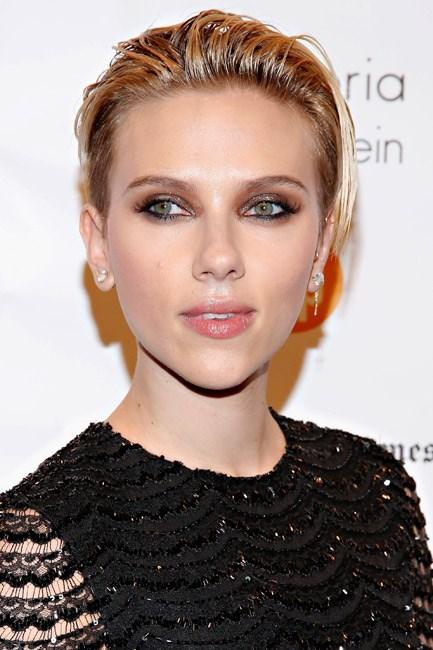 Short and shiny, Scarlett Johansson's hair gives good bombshell.