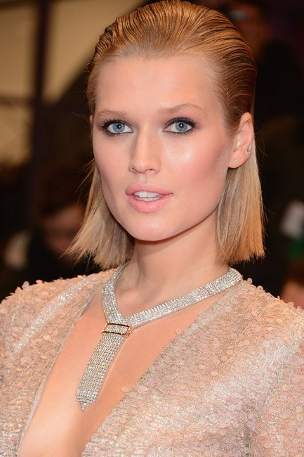 Not for the beauty-fainthearted, Toni Garrn pulled off a very sharp take on this trend. File this under: 'party season look to try'.