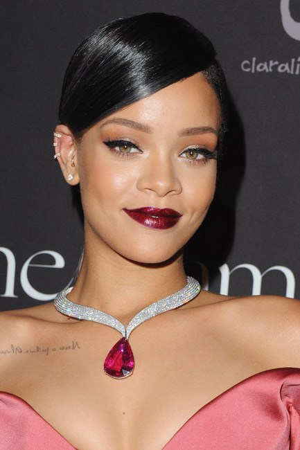 <b>A distinctive drop necklace</b><br> As necklines dip, certain items of jewellery step into the spotlight. Case in point: a precious plunging necklace.<br><br> <i>Rihanna in Chopard</i>