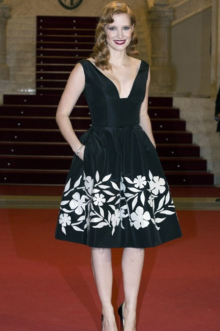 <strong>Jessica Chastain </strong><br><br> <strong>RETRO:</strong> Rocking a '50s vibe in Oscar de la Renta.