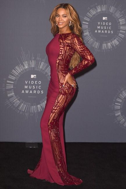 <strong>Beyoncé</strong><br> Hands on a delightful derrière.