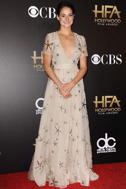 <strong>Shailene Woodley</strong><br> A ladylike handclasp no matter what the look.