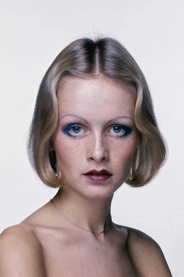 Over plucked brows? Tick. Finger waved bob? Tick. Dark lips with the peaks deliberately drawn on? Tick. Twiggy rocks the twenties redux beauty trend while posing for promo shot for her film, <em>The Boy Friend</em>, for which she won a Golden Globe.
