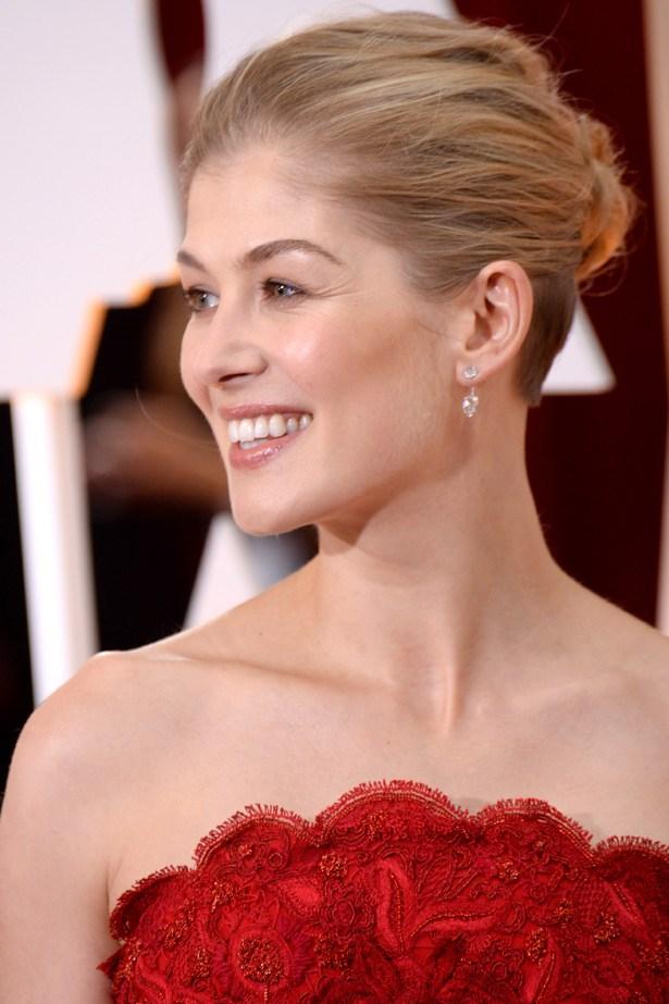 <em>Gone Girl's </em> Rosamund Pike's Lorraine Schwartz earrings were just simple enough.