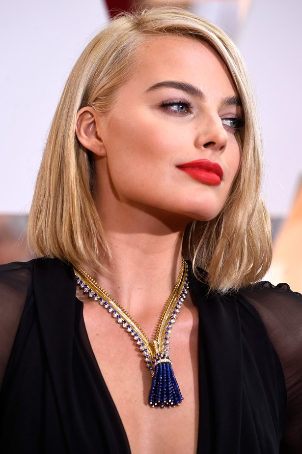 Fun fact: Margot Robbie's amazing antique Van Cleef & Arpels necklace was originally created for the Duchess of Windsor (Wallis Simpson) in the 1930s.
