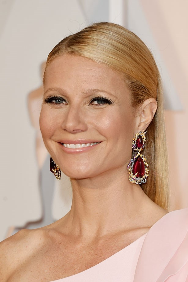 <p><strong>The Smoky Eye</strong></p> Gwyneth Paltrow wore think black liner on her upper lashes.