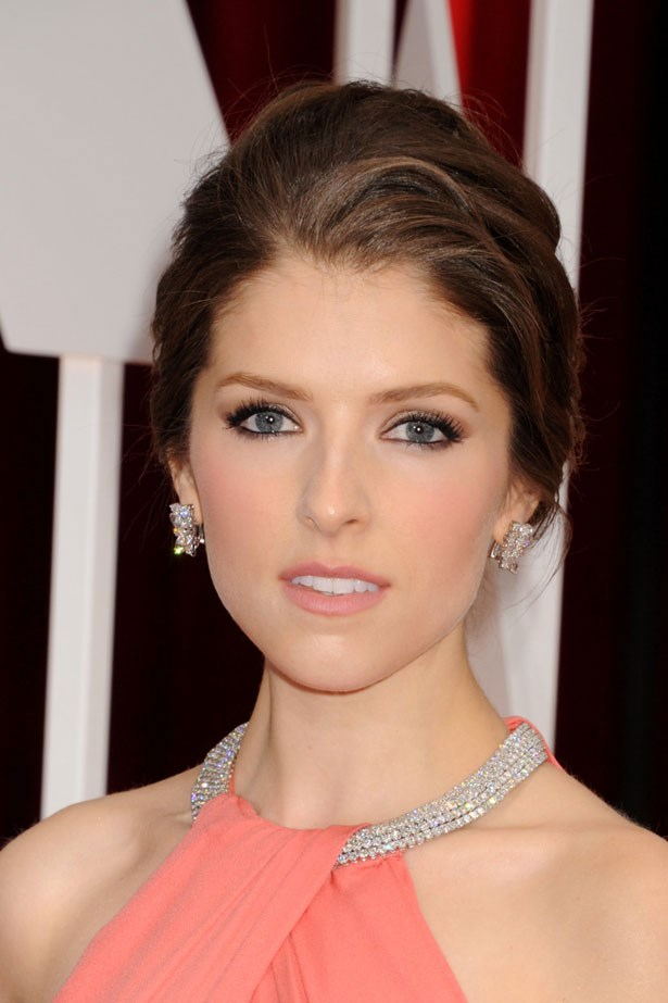 <p><strong>The Minimal Look</strong></p> Anna Kendrick's soft peach flush matched her lips and dress.