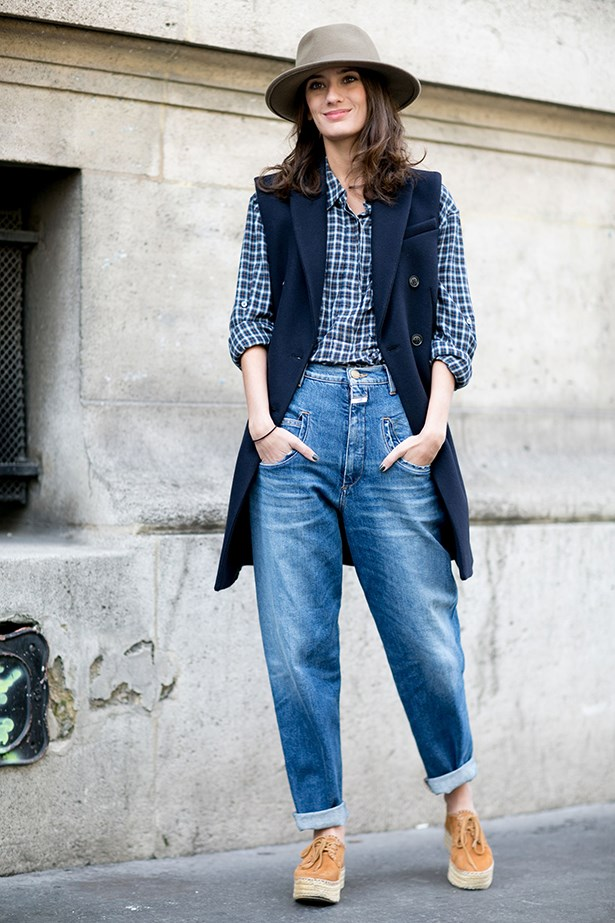 It's not always about contrasts: boyfriend jeans can work with a manstyle shirt.