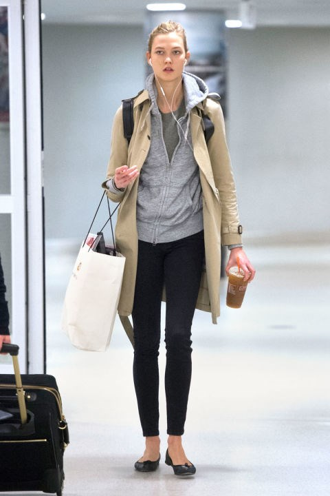 <strong>KARLIE KLOSS</strong> <BR> A trench coat pulls together this otherwise casual outfit.