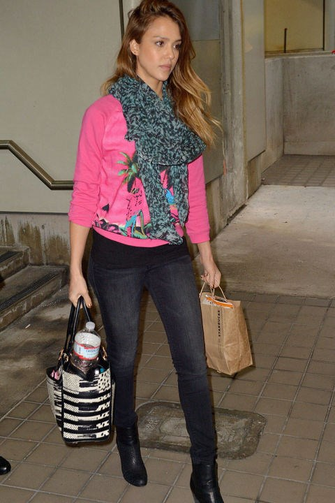 <strong>JESSICA ALBA</strong> <BR> This traveling mum rocks her signature scarf with a poppy pink sweatshirt for a casual yet standout look.