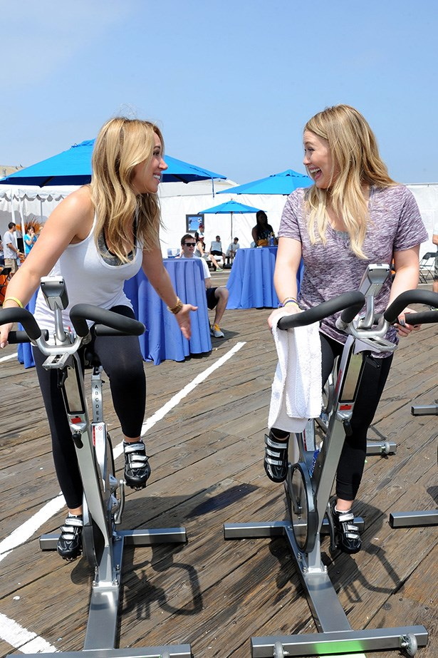 Hilary and Haylie Duff are brimming with sisterly spirit. Go girls.