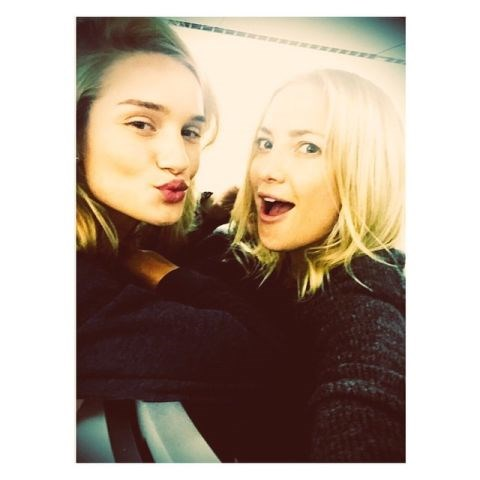 """<strong>ROSIE HUNTINGTON-WHITELEY AND KATE HUDSON</strong> <BR> @katehudson making flying waayyy more fun! LA-London. <BR> —<a href=""""https://instagram.com/p/3YC97TmuNM/"""">@rosiehw</a>"""