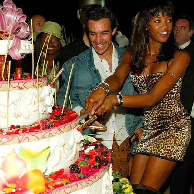 Naomi Campbell cuts her cake.