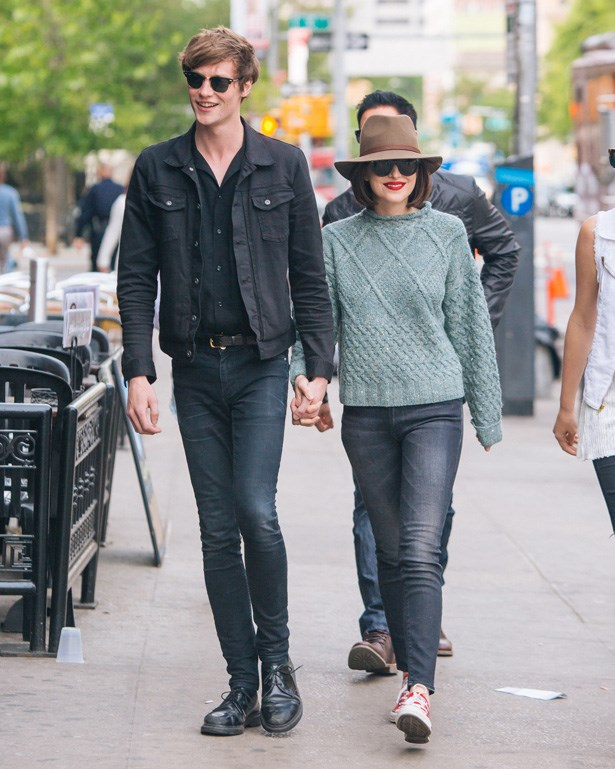 Johnson and her boyfriend walking through Soho. So cute.