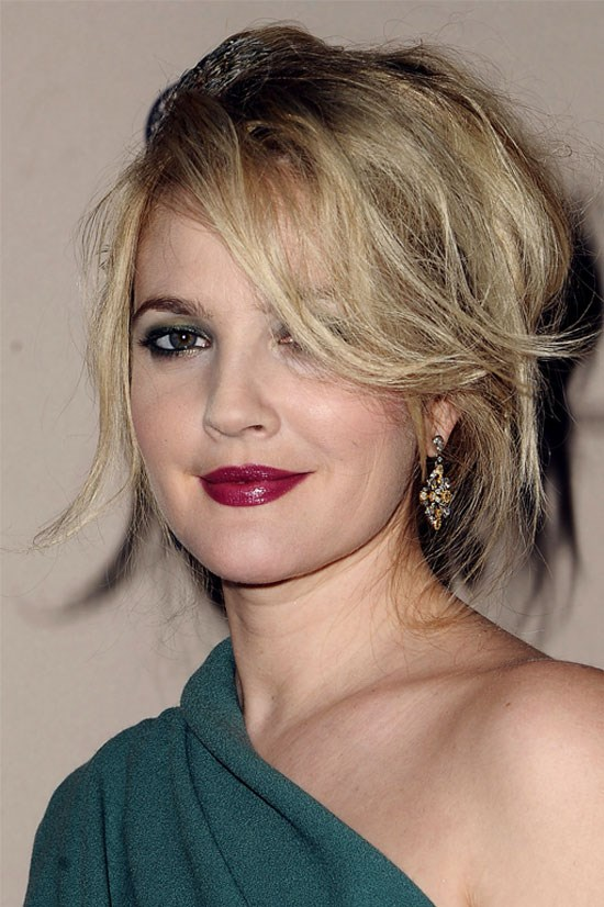 Drew opts for a dramatic look this time, with dark eye makeup and strong lips to match this emerald green dress.